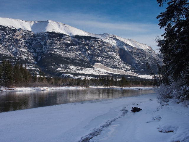 Mr. GeoK photographs ice formations along the Bow River with Grotto Mountain in the background