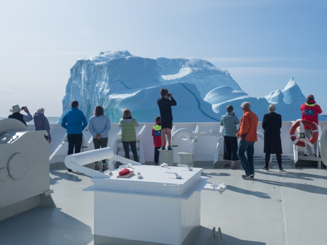 passengers-photographing-iceberg