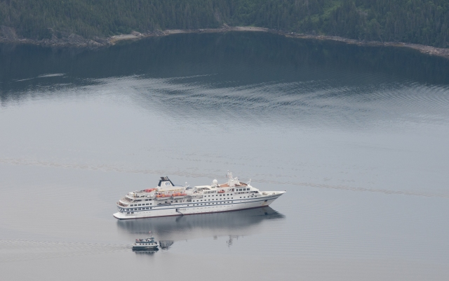 cruise-ship-and-tour-boat-in-bonne-bay-gros-morne