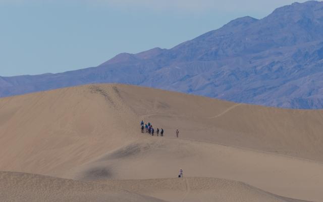 photographers-on-sand-dunes